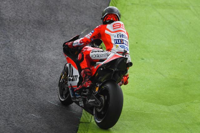 Lorenzo ingresa en el lado oscuro... Foto: MotoGP