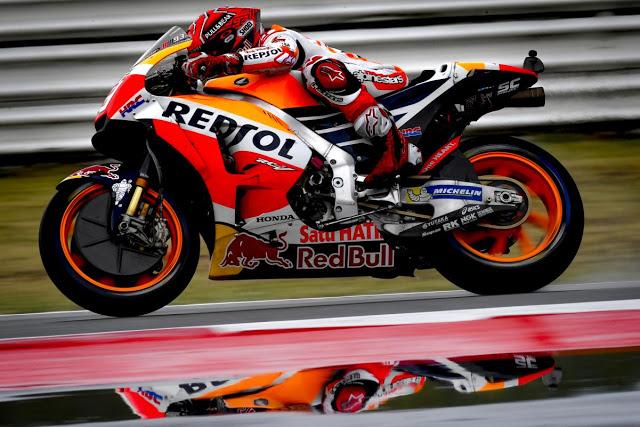 El asfalto resbalaba como un espejo. Foto: MotoGP