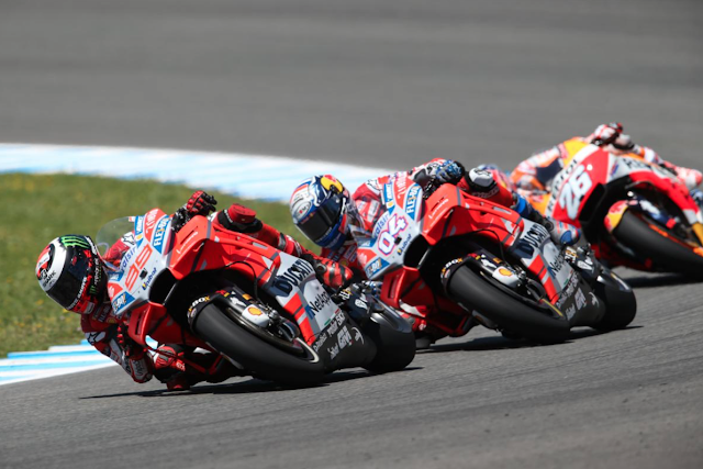 Dani se atascó tras las Ducati oficiales. Foto: MotoGP
