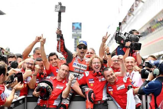 Adivina quién es Domenicali. Foto: MotoGP