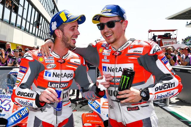 """-""""..lo del depósito, ¿de verdad has echado Monster?"""" -""""Sí, al 2%.."""" Foto: MotoGP"""